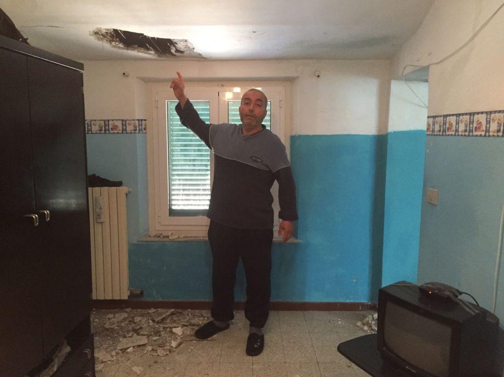 Il crollo a casa della famiglia tunisina, Fathi hachiche indica lo stato del soffitto in camera da letto dei figli