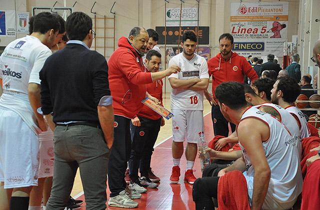 coach Stefano Foglietti durante un time out della Pallacanestro Senigallia