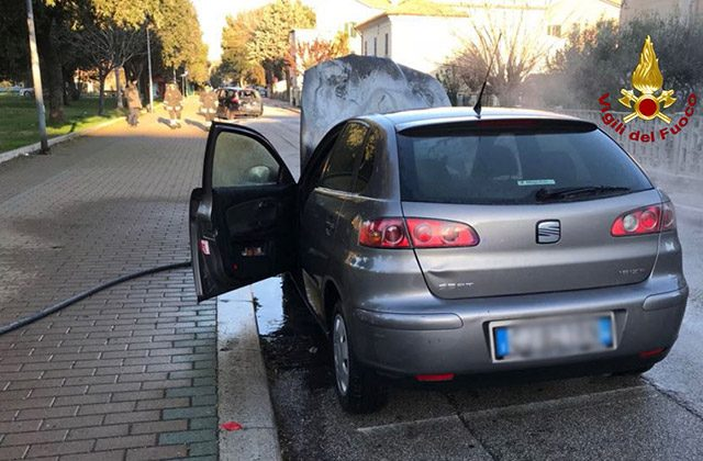 Auto in fiamme a Senigallia