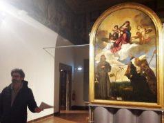 L'assessore alla Cultura Paolo Marasca e la Pala Gozzi tornata nella Pinacoteca civica