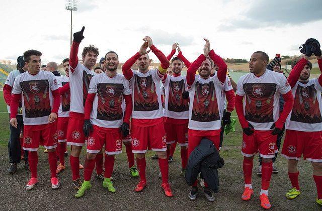 Mastronunzio con i compagni nel giorno del record di goal in maglia biancorossa