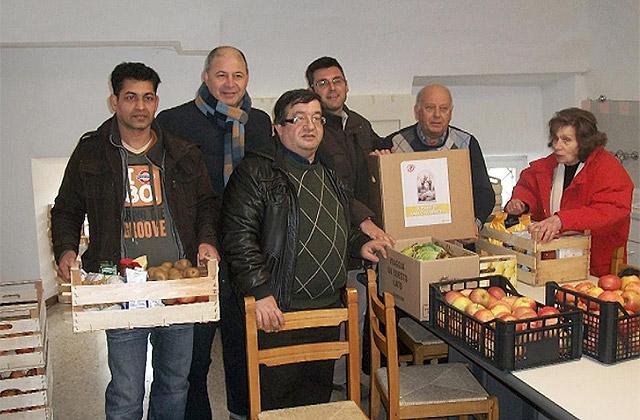 I volontari de Il Salvagente onlus impegnati nelle raccolte alimentari