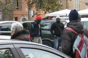Parcheggiatori abusivi in piazza Simoncelli a Senigallia