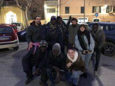 """Alcuni parcheggiatori con gli attivisti di """"Potere al Popolo"""" a Senigallia"""