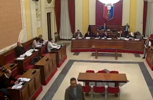 L'uscita di Maurizio Perini dall'aula del consiglio comunale di Senigallia del 21 dicembre 2017