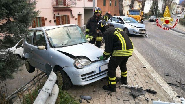 I Vigili del Fuoco mentre mettono in sicurezza una delle due auto coinvolte