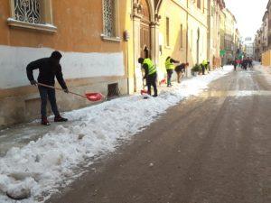 Volontari dello Sprar ripuliscono Corso Matteotti