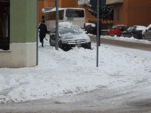 Si liberano le auto dalla neve