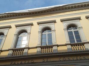 Cumuli di neve dal cornicione di Palazzo dei Convegni
