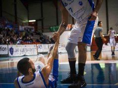 De Angelis a terra aiutato da Bruno (foto di Fabio Portinari)