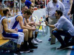 Coach Daniele Aniello istruisce la sua Ristopro Fabriano durante un time-out (foto di Martina Lippera)