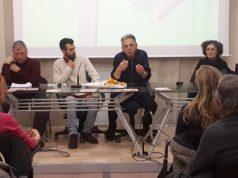 Loris Calcina al microfono (foto acquisita dalla pagina Facebook di Falconara Bene Comune)