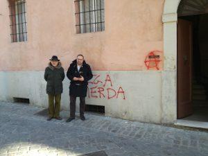 da sinistra Luigi Rebecchini e Roberto Paradisi davanti lo studio con le scritte