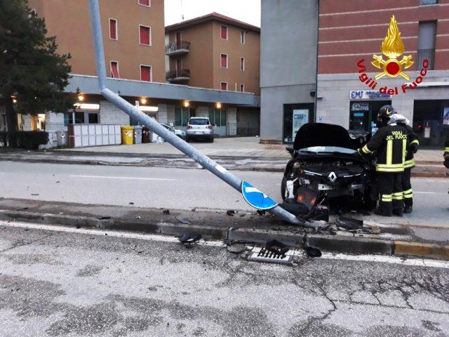 Ufficio Lavoro Jesi : Jesi auto contro palo in viale del lavoro: un giovane al pronto