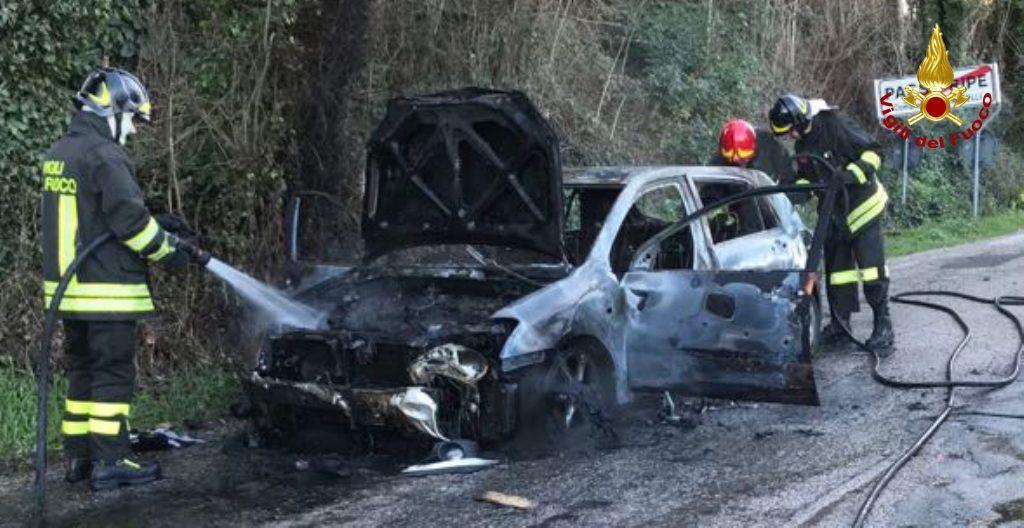 Auto in fiamme a Passo Ripe