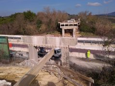Operai al lavoro per ricostruire il ponte crollato