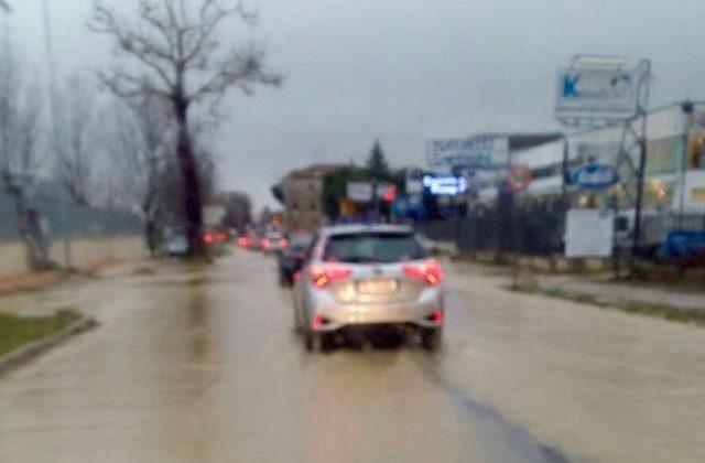 Troppa pioggia, strade allagate: frana un terreno a Varano