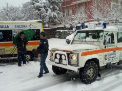 Intervento con la neve a Falconara, la Croce Gialla sul posto con la jeep e l'ambulanza