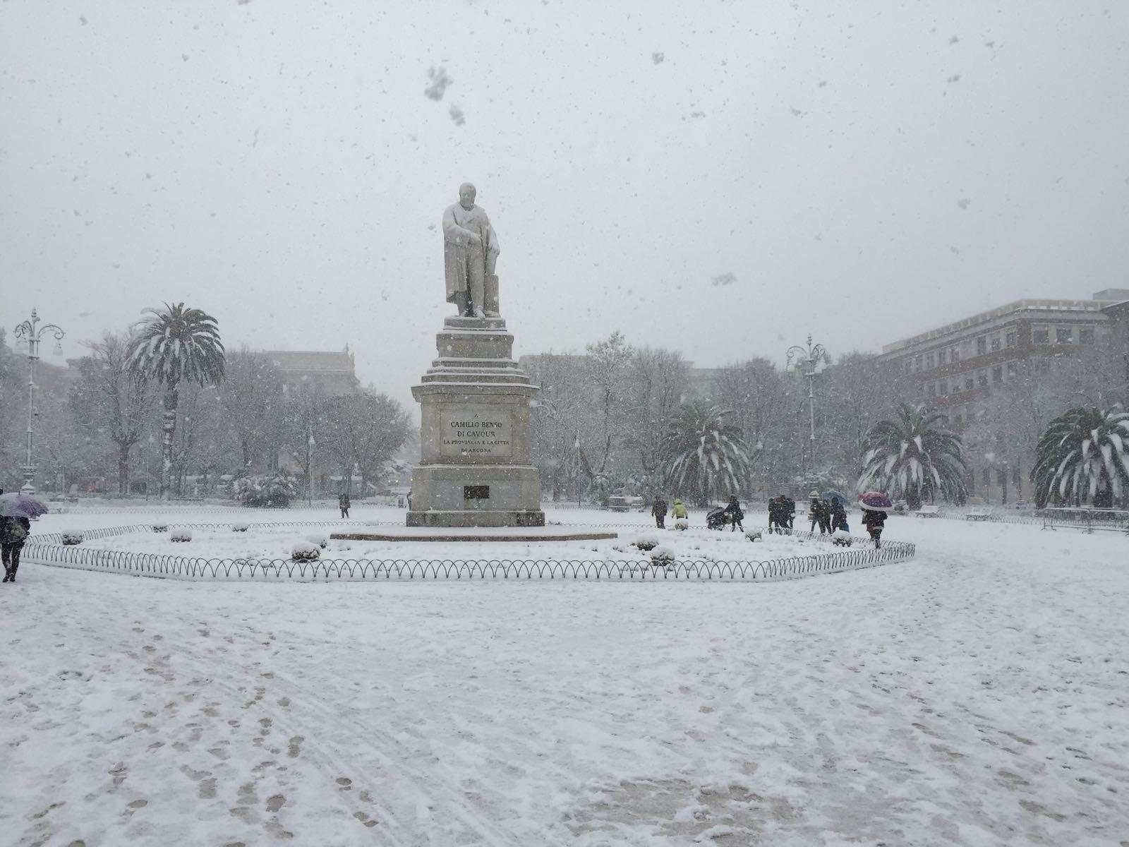 Neve ad Ancona: strade chiuse, via Flaminia bloccata e auto sanzionate. Vietata la circolazione al porto (Fotogallery)