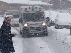 Un'ambulanza in difficoltà per la neve
