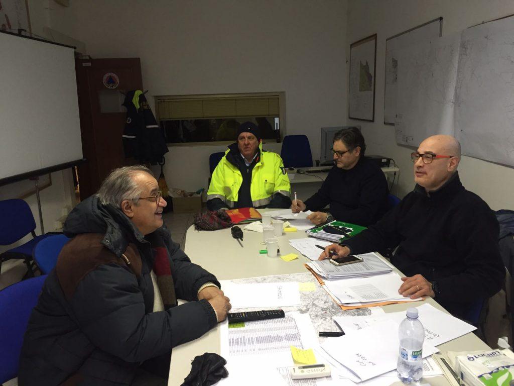 Il Coc al comando della polizia municipale con l'assessore Stefano Foresi, l'ingegnere Ermanno Frontaloni e Riccardo Borgognoni della Protezione Civile