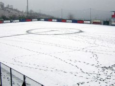 Campo da calcio innevato