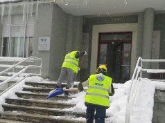 Due squadre del gruppo scout Cngei sono al lavoro per liberare l'ospedale dalla neve