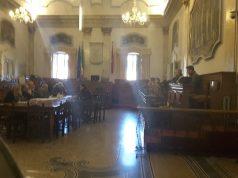 Un momento dei colloqui nell'aula del Consiglio comunale