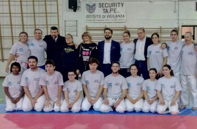 Foto di gruppo alla presentazione del progetto Difesa legittima sicura