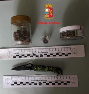 La droga e il coltello sequestrati dalla polizia