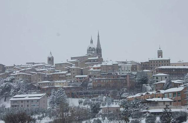 Ostra Vetere coperta di neve