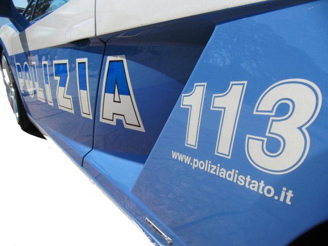 Razziavano computer e tablet dalle auto, poi dormivano in hotel a Fano. Due arresti