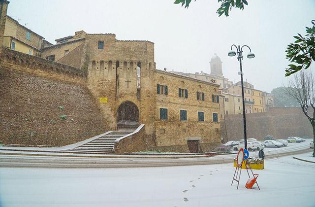 Porta della Croce a Serra de' Conti, imbiancata per la neve