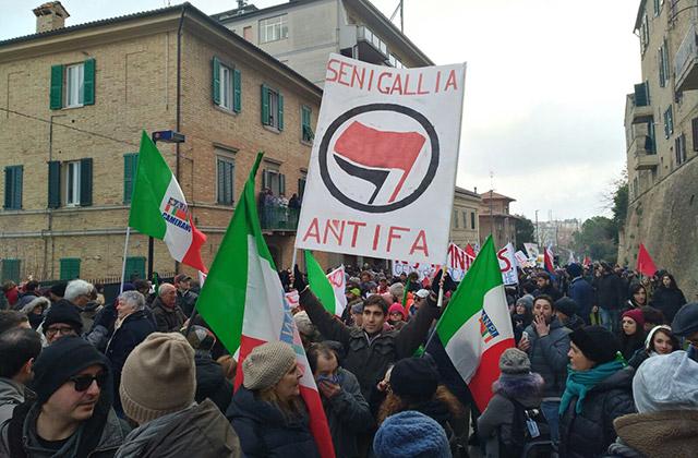Manifestanti di Senigallia al corteo antifascista di Macerata