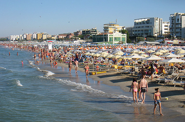 Turismo balneare: la spiaggia e il mare di Senigallia presi d'assalto d'estate