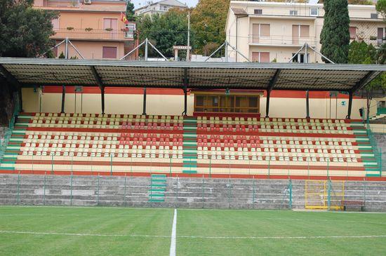 La tribuna dello stadio Diana