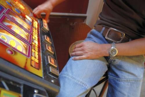 Fano, simulavano furti alle slot machine ma erano loro a svuotarle: denunciati in quattro