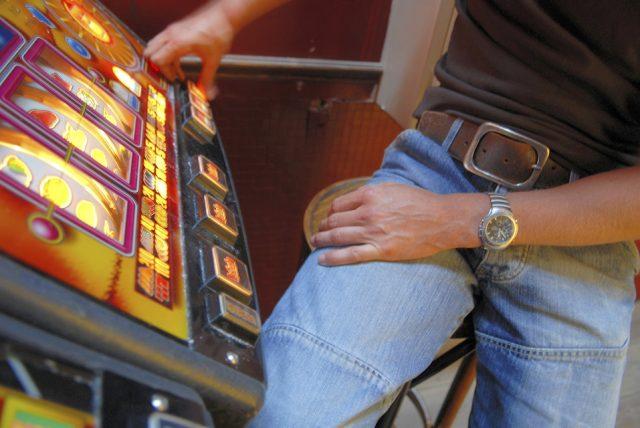 Ancona: rapinato mentre gioca alle slot. Arrestato un 29enne