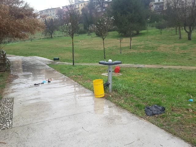Jesi, i residenti del Parco del Vallato: «I vandali bivaccano e noi puliamo, vogliamo le telecamere promesse!»