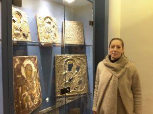Sara Tassi conservatrice del Museo Diocesano accanto alle teche con le icone