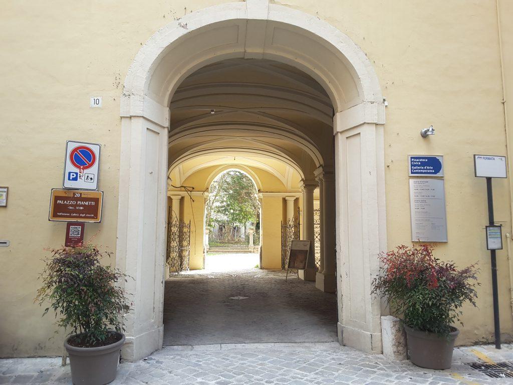 L'ingresso con l'atrio di Palazzo Pianetti a Jesi
