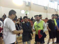 Il consigliere straniero Kazi Fokhrul Islam premia i giocatori insieme al presidente del Centro Islamico Wahbi Youssef