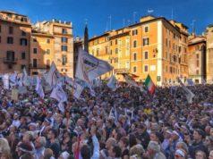 Una foto del Movimento 5 Stelle in piazza (foto acquisita dalla pagina Facebook ufficiale del Movimento 5 Stelle)