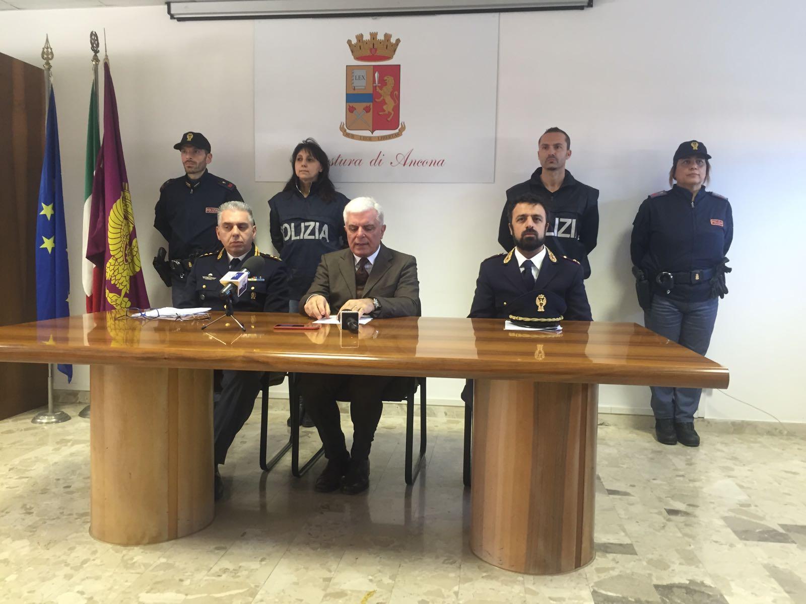 Carlo Pinto della squadra mobile di Ancona con il questore Oreste Capocasa e il capo della squadra mobile di Forlì Mario Paternoster