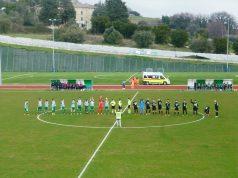 Le formazione schierate a centro campo in attesa del fischio d'inizio della partita