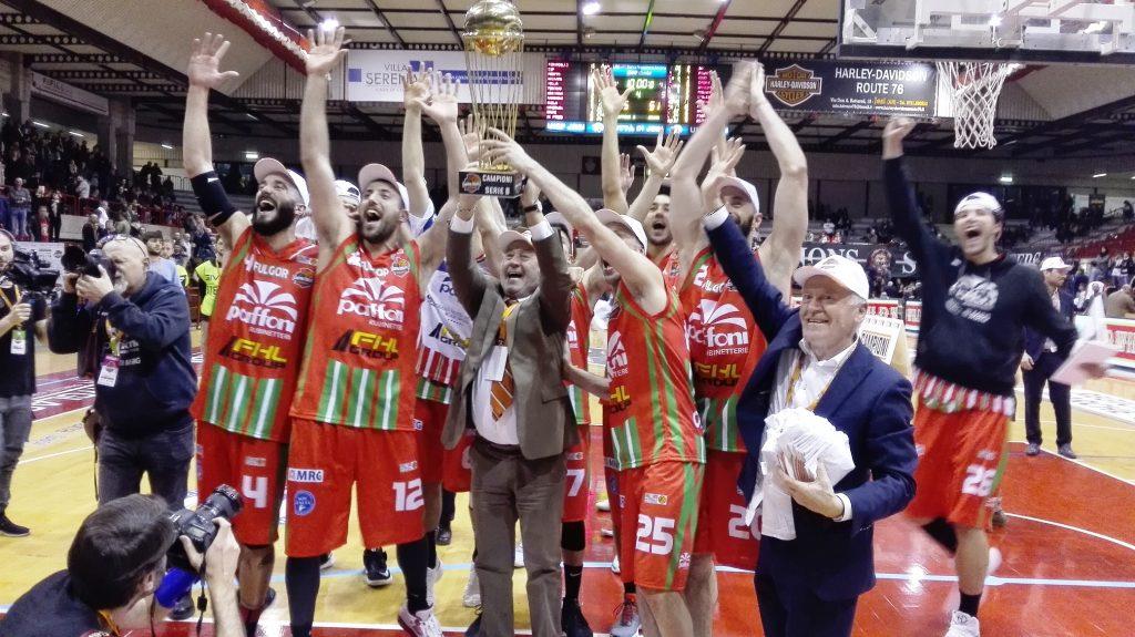 La Paffoni Omegna festeggia la conquista della Coppa Italia di serie B sotto la curva dei propri tifosi