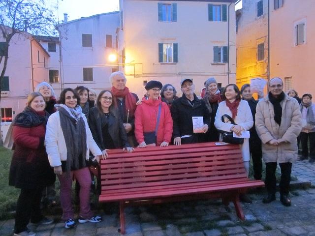 La panchina rossa simbolo del femminicidio inaugurata oggi a Jesi