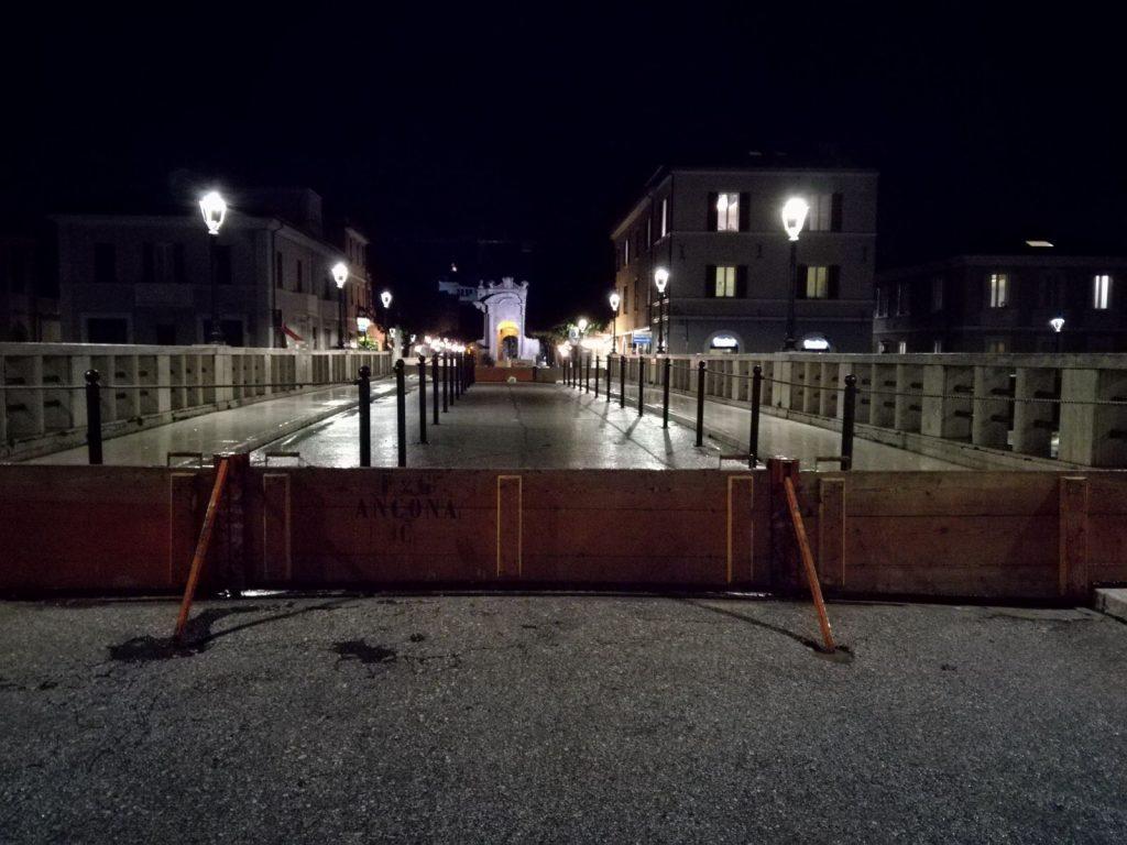 Le paratie montate sul ponte Ponte II Giugno