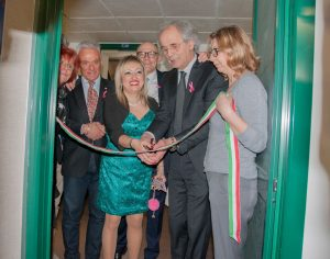 Il taglio del nastro. Da sinistra, Marisa Carnevali, Michele Caporossi, Rossana Berardi, Fabrizio Volpini, Sauro Longhi