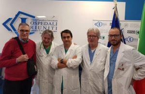Il paziente, a sinistra, Ennio Carassai con il team medico che ha realizzato il trapianto